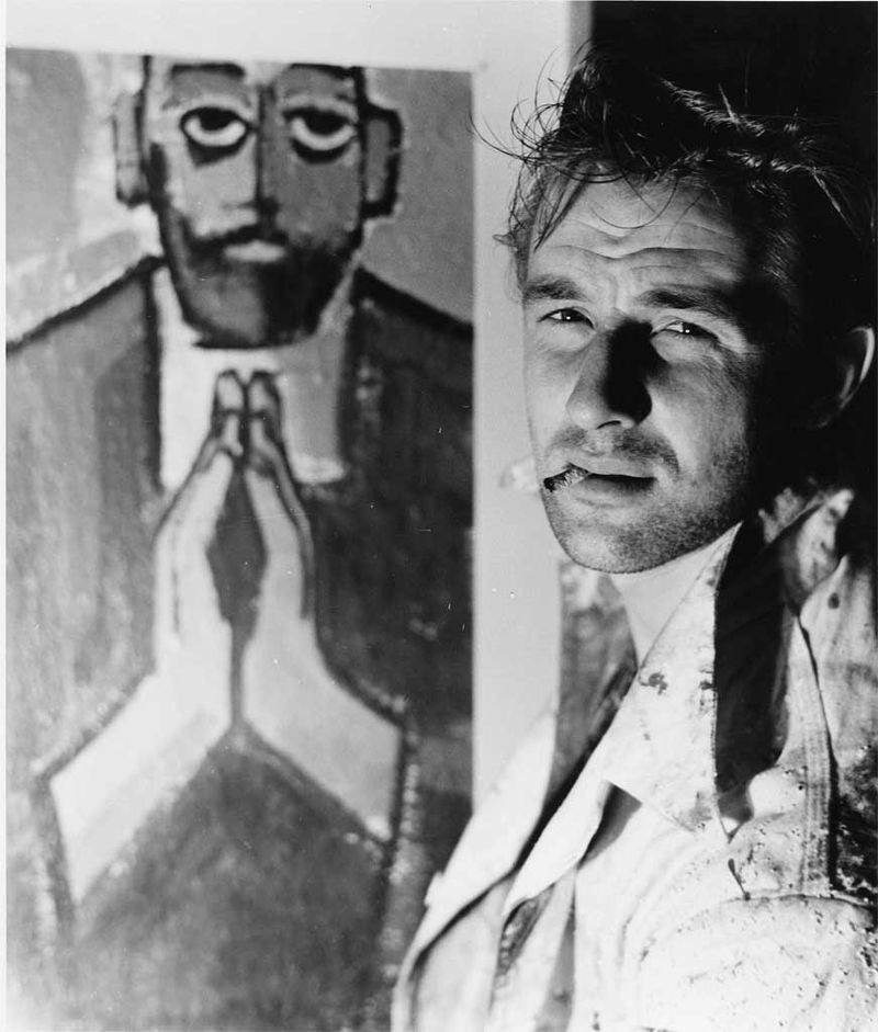 """Bild på Lars Matson framför en målning """"prästen"""""""